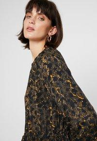JUST FEMALE - MIE MAXI DRESS - Maxi dress - black/yellow - 3