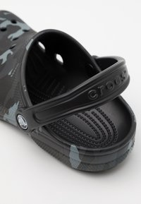 Crocs - CLASSIC SEASONAL GRAPHIC UNISEX - Drewniaki i Chodaki - black/grey - 5