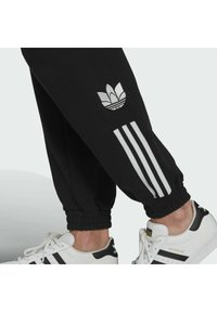 adidas Originals - TRACKPANT - Verryttelyhousut - black - 3