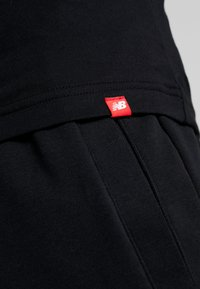 New Balance - ESSENTIALS STACKED LOGO  - T-shirt z nadrukiem - black - 5