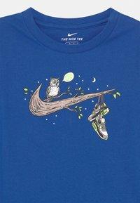 Nike Sportswear - NIGHT GAMES TREE - T-shirts print - game royal - 2