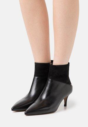 DARNA - Kotníkové boty - black
