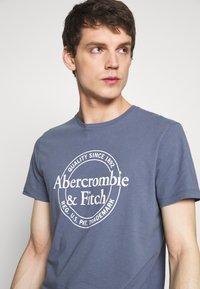 Abercrombie & Fitch - Camiseta estampada - blue - 3