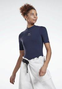 Reebok - LES MILLS® SHORT SLEEVE BODYSUIT - Print T-shirt - blue - 0