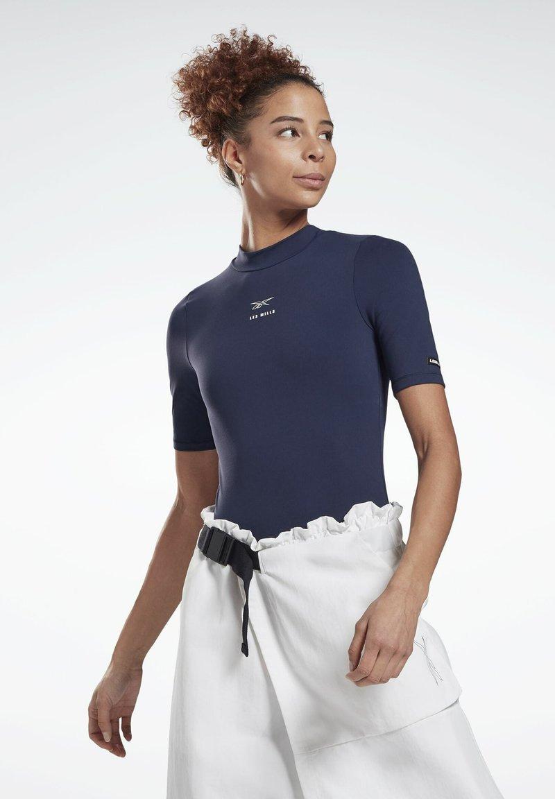 Reebok - LES MILLS® SHORT SLEEVE BODYSUIT - Print T-shirt - blue