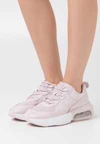 Nike Sportswear - AIR MAX VERONA - Sneakersy niskie - barely rose/white/metallic silver - 0