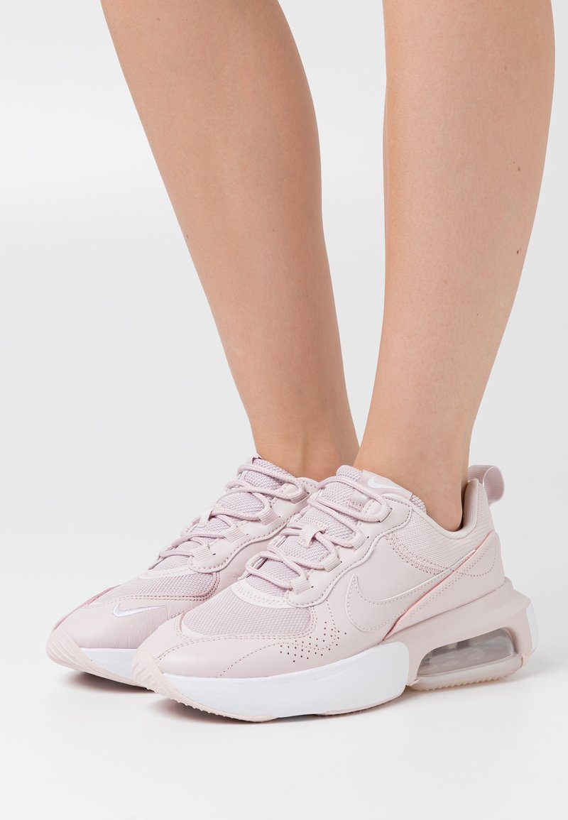 Nike Sportswear - AIR MAX VERONA - Sneakersy niskie - barely rose/white/metallic silver