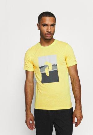 EXPLORE BIG TEE - Camiseta estampada - citrine