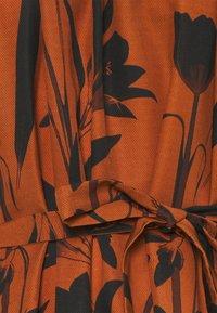 Mother of Pearl - RAGLAN SLEEVE DRESS WITH GATHERED NECK & CUFFS - Denní šaty - botanical rust - 7