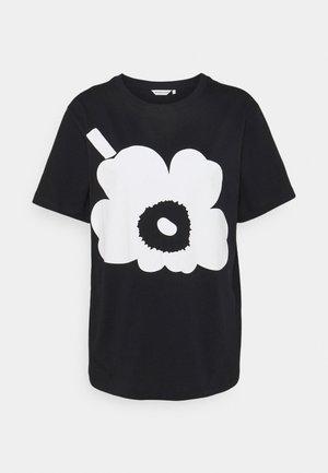 KIOSKI HIEKKA UNIKKO PLACEMENT T-SHIRT - T-shirt z nadrukiem - black/off white