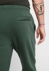 Nike Sportswear - CLUB - Tracksuit bottoms - galactic jade - 3