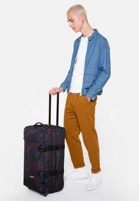 Eastpak - TRANVERZ M - Wheeled suitcase - flow blushing - 1