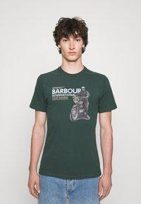 Barbour International - SIDE STEVE TEE - Triko spotiskem - deep green - 0