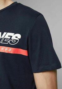 Jack & Jones - T-shirt med print - navy blazer - 4