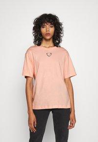 Monki - TOVI TEE - Print T-shirt - orange dusty light - 0