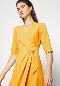 Closet - CLOSET SHORT SLEEVE WRAP DRESS - Shift dress - mustard - 4