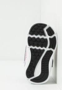 Nike Performance - DOWNSHIFTER - Obuwie do biegania treningowe - pink foam/white/metallic silver/pure platinum - 4