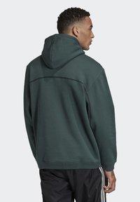 adidas Originals - R.Y.V. HOODIE - Jersey con capucha - green - 1