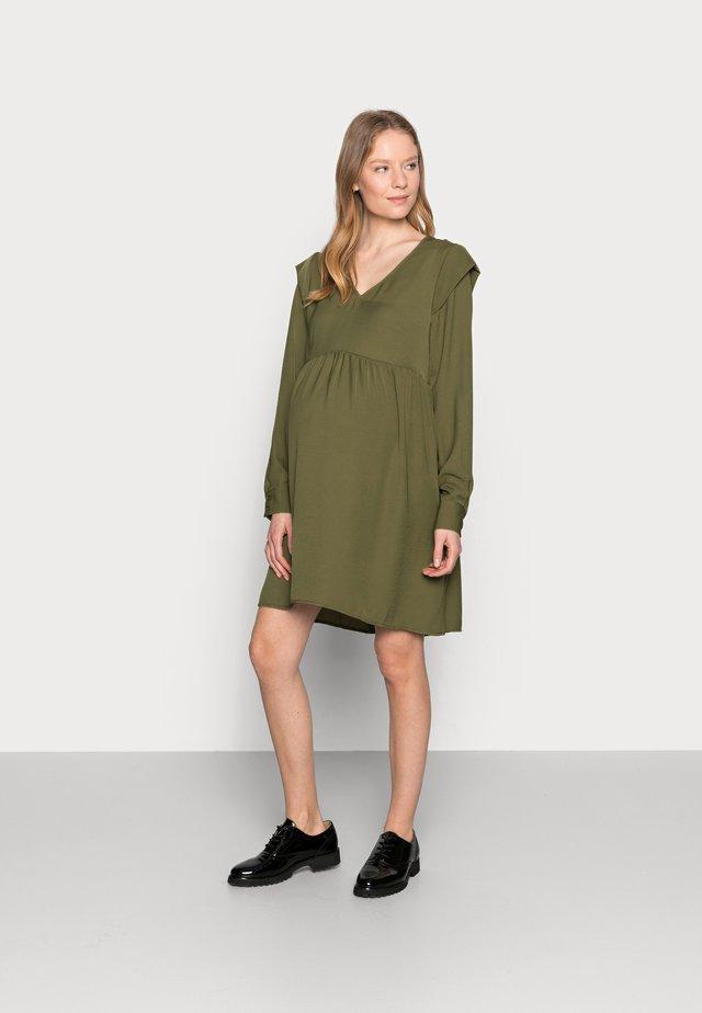 PCMDORTHY DRESS - Denní šaty - martini olive