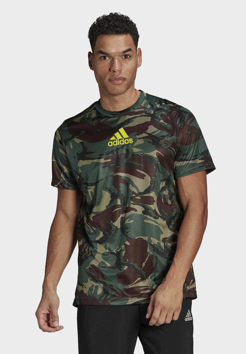 adidas Performance - CAMOUFLAGE GT1 DESIGNED2MOVE PRIMEGREEN WORKOUT GRAPHIC T-SHIRT - T-shirt med print - green