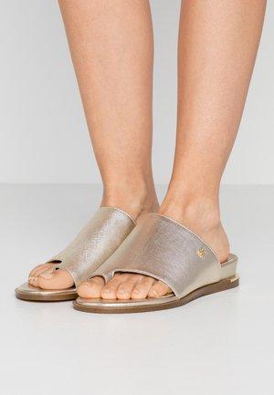DAZ FLAT SLIDE  - Sandály s odděleným palcem - gold