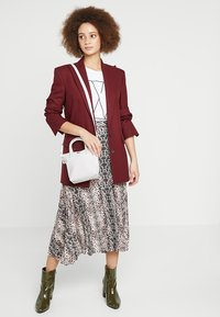 Lacoste - SHOPPING CROSS BAG - Handbag - bright white - 1