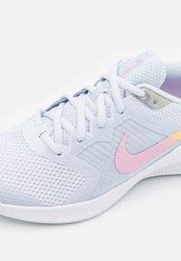 Nike Performance - DOWNSHIFTER 11 SE UNISEX - Neutral running shoes - football grey/multicolor/white/crimson tint - 5