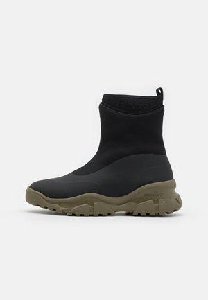 MOSS TREK BOOT  - Kotníkové boty na platformě - nero/army green