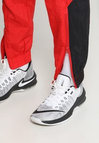 Nike Performance - RETRO PANT  - Træningsbukser - university red/black - 3