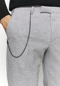 Twisted Tailor - MOONLIGHT CHAIN TROUSER - Pantaloni - light grey - 4