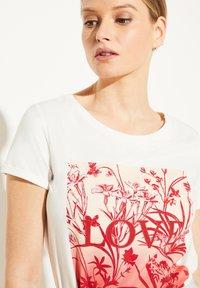 comma - MIT SCHMUCKSTEIN-APPLIKATION - Print T-shirt - white - 3