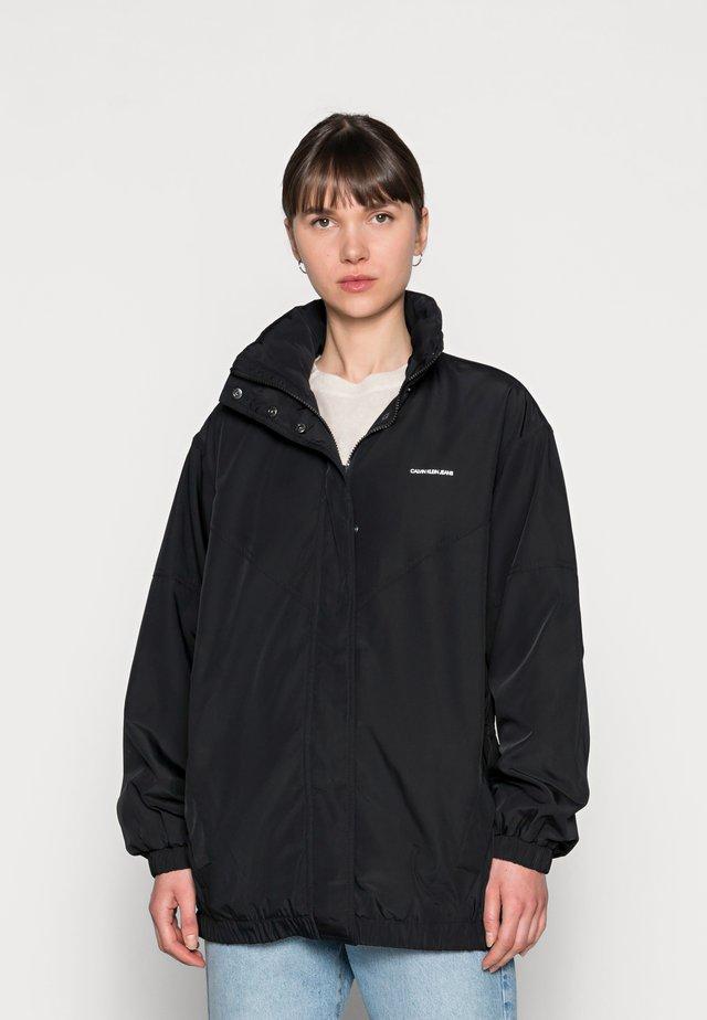 WAISTED WINDBREAKER - Summer jacket - black