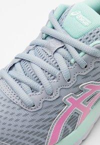 ASICS - GEL-CUMULUS 22  - Zapatillas de running neutras - piedmont grey/pink glow - 5