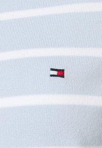 Tommy Hilfiger - BOAT NECK  - Sweter - breezy blue/optic white - 2