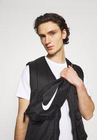 Nike Sportswear - NIK HERITAGE UNISEX - Bæltetasker - black/white - 0