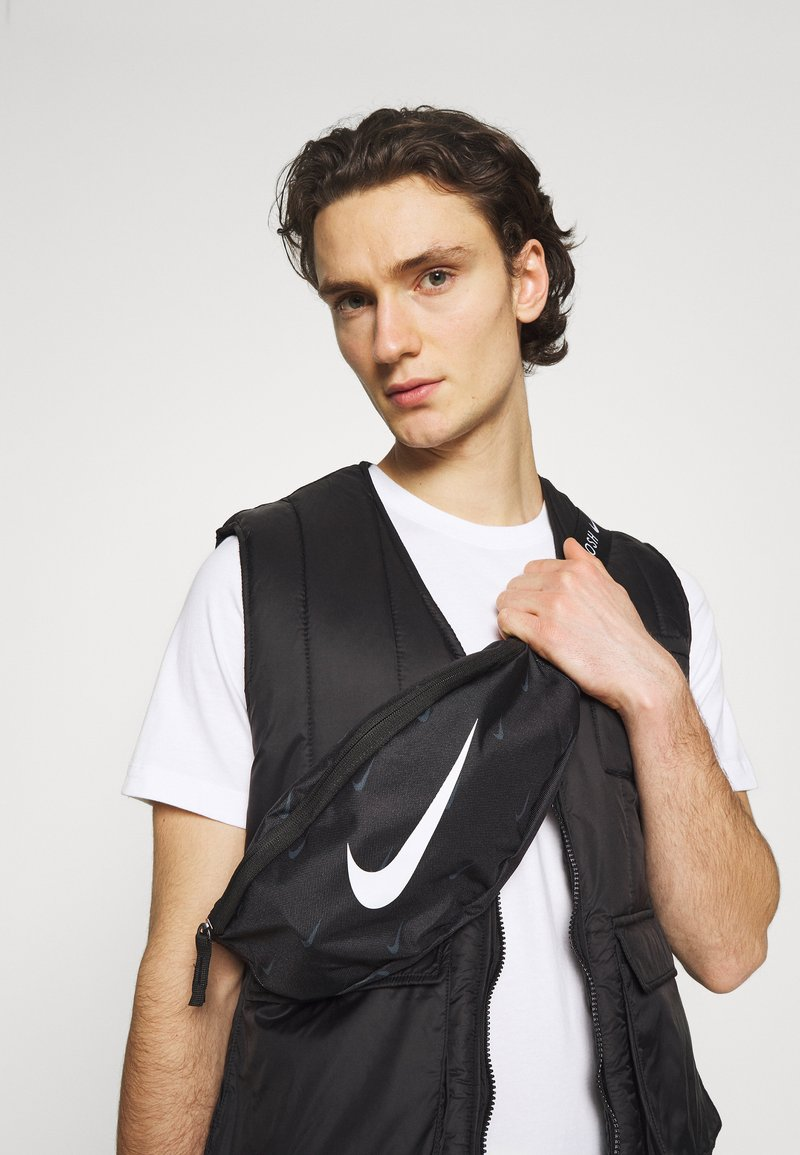 Nike Sportswear - NIK HERITAGE UNISEX - Bæltetasker - black/white