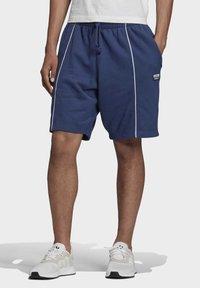 adidas Originals - R.Y.V. SHORTS - Shorts - blue - 0