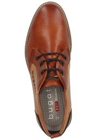 Bugatti - Elegantní šněrovací boty - cognac/sand - 1