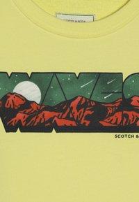 Scotch & Soda - CREWNECK WITH COLOURFUL TRANSFER ARTWORK - Sudadera - sun beam - 4