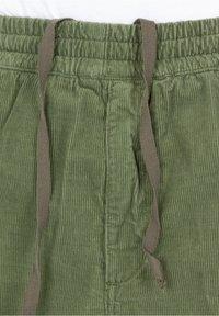 Carhartt WIP - Shorts - mottled dark green - 2