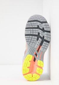 ASICS - GEL-KAYANO 26 LS - Zapatillas de running neutras - piedmont grey/sun coral - 4