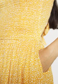 Hollister Co. - WEBEX BARE SMOCKED TIEBACK ROMPER - Overal - yellow - 5