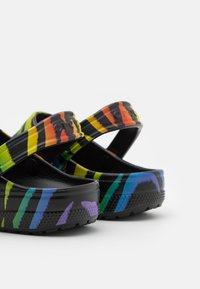 Crocs - CLASSIC PRIDE 2021 UNISEX - Sandalias planas - black/multicolor - 5