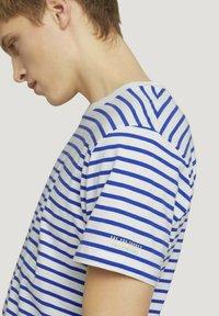 TOM TAILOR DENIM - Print T-shirt - blue white thin stripe - 3