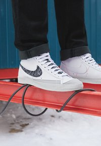 Nike Sportswear - BLAZER MID '77 UNISEX - Korkeavartiset tennarit - white/light smoke grey/bright crimson