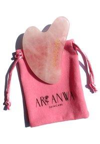 ARI ANWA Skincare - GUA SHA ROSENQUARZ - Skincare tool - - - 1