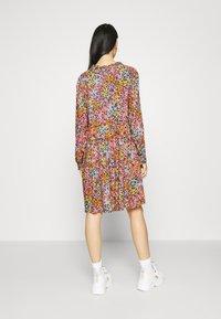 YAS - YASTAPETIA DRESS  - Denní šaty - super lemon/multi - 2