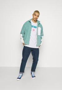 Nike Sportswear - TEE MONTH - T-shirt med print - white/laser blue - 1