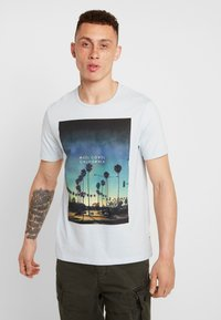 Burton Menswear London - CITY PLACEMENT GRAPHIC ECHO LIGHT  - Print T-shirt - blue - 0