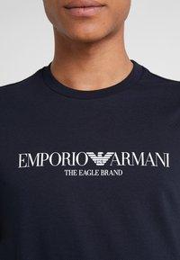 Emporio Armani - EAGLE BRAND - T-shirt imprimé - blu navy - 5